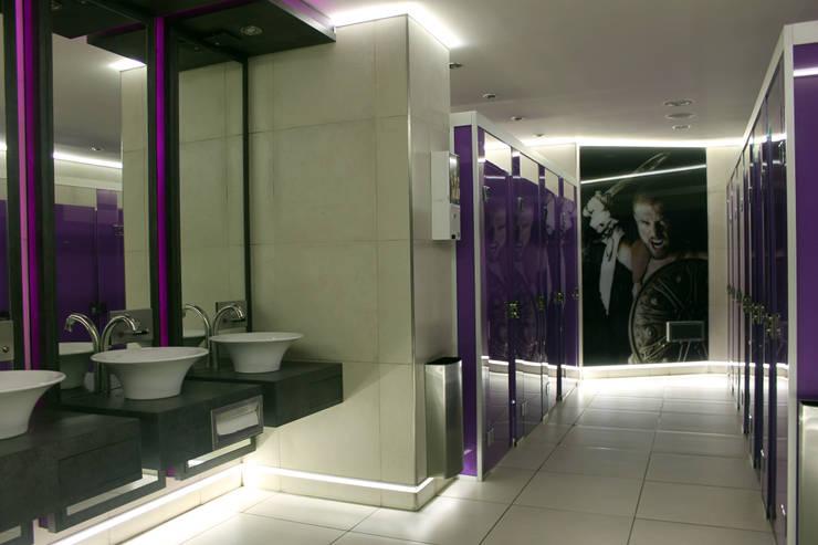 discoteca - baños: Bares y Clubs de estilo  por Triad Group