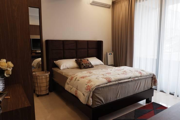 Kamar kamar tidur masculine modern house:  Kamar Tidur by Exxo interior