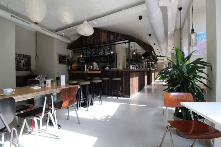 Oficinas y Tiendas de estilo  por Motion Gietvloeren, Moderno Plástico