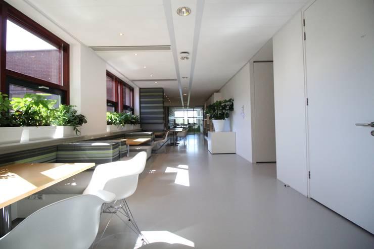 Lichtgrijze PU Mono gietvloer bij Zorgbalans in Haarlem :  Gezondheidscentra door Motion Gietvloeren, Modern Kunststof