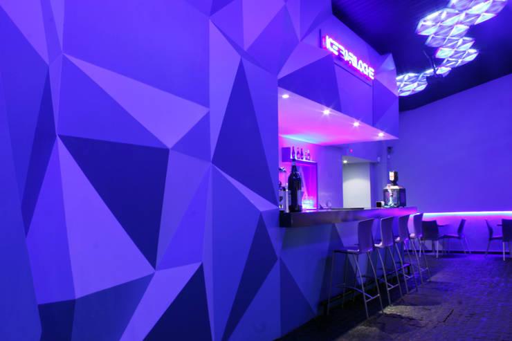 ICE Bariloche - Resto Bar: Bares y Clubs de estilo  por Triad Group