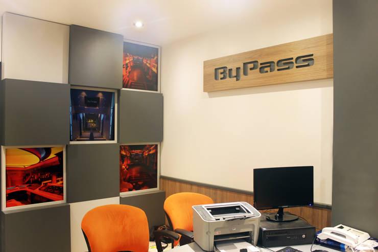 GERENCIA BYPASS: Oficinas y Tiendas de estilo  por Triad Group