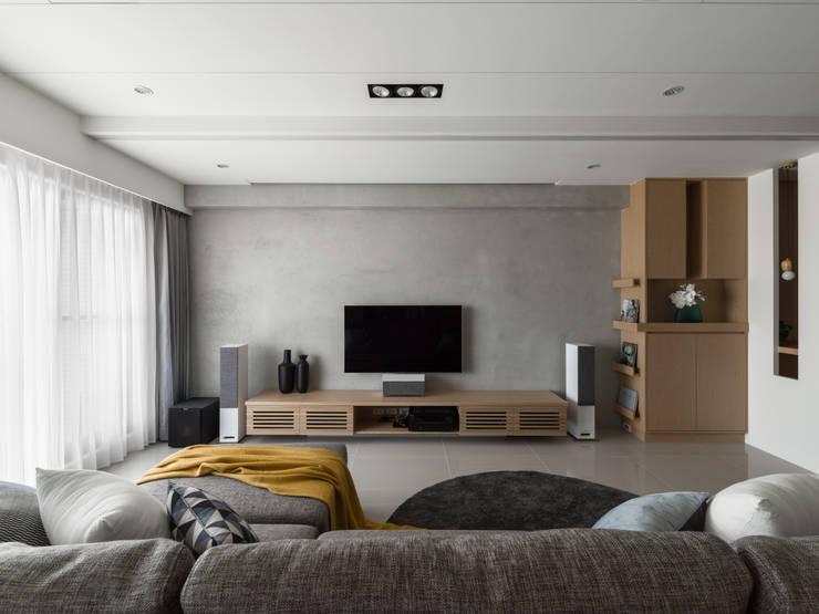 電視牆設計:  客廳 by 存果空間設計有限公司