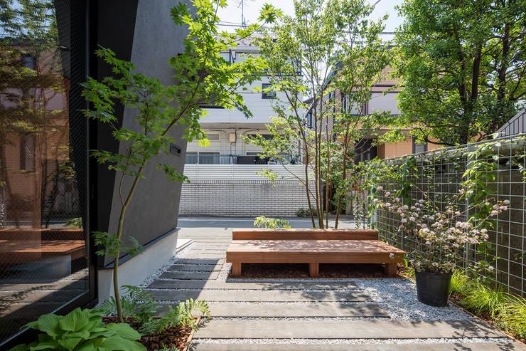 Jardines de estilo moderno de 前田篤伸建築都市設計事務所 Moderno