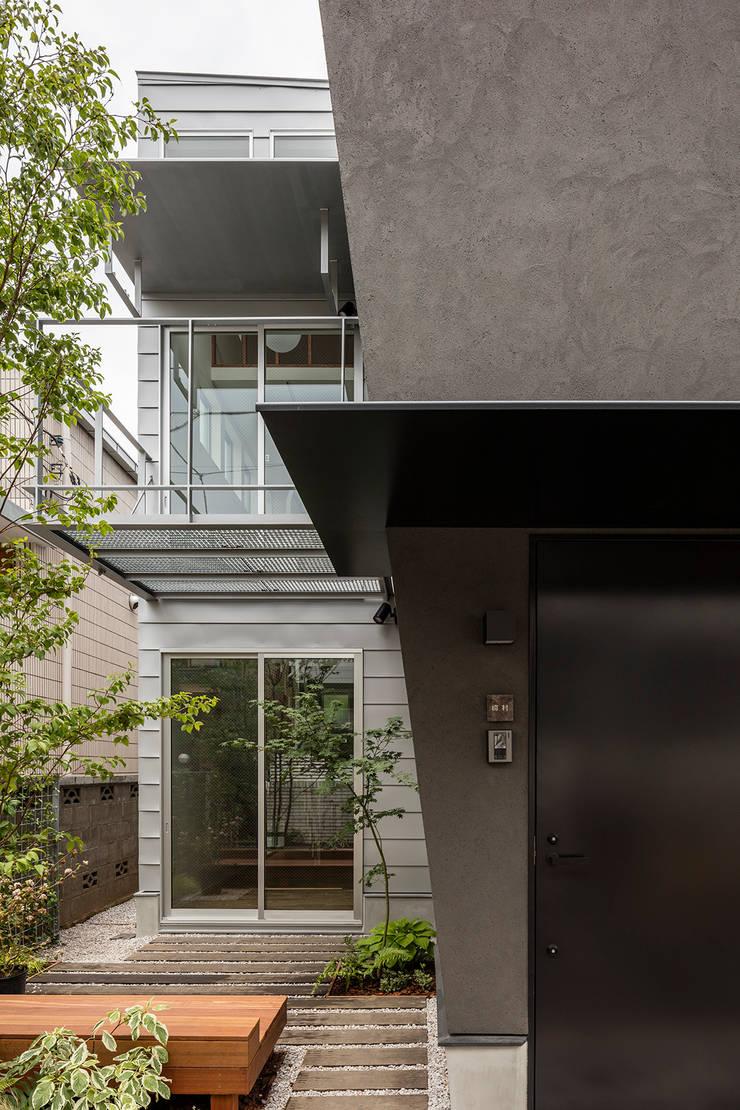 Casas estilo moderno: ideas, arquitectura e imágenes de 前田篤伸建築都市設計事務所 Moderno