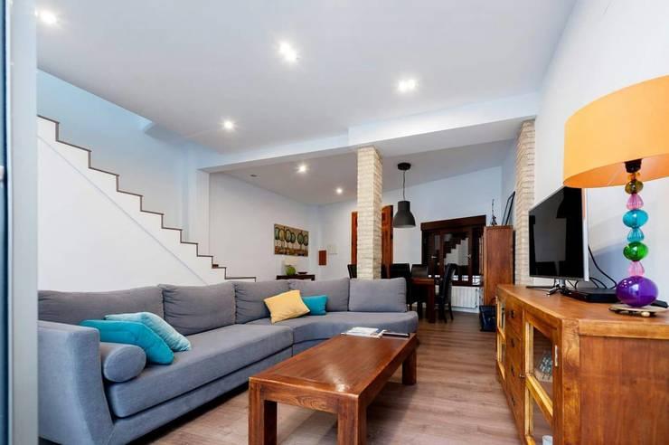 Reforma de una casa unifamiliar en Algemesí: Salones de estilo moderno de miguel cosín