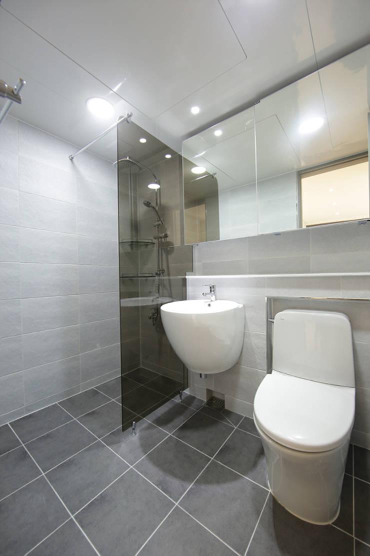 마포구 신공덕동 신공덕삼성래미안2차 32평: DESIGNCOLORS의  욕실