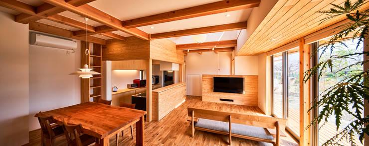 Living room by 梶浦博昭環境建築設計事務所