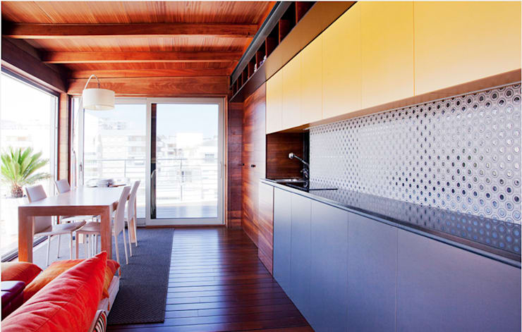 Proyecto de rehabilitación y reforma en un apartamento en Benicassim: Cocinas integrales de estilo  de Gemmalo arquitectura interior