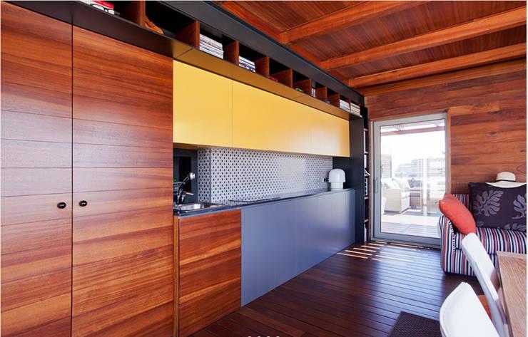 cocina de la terraza: Cocinas integrales de estilo  de Gemmalo arquitectura interior