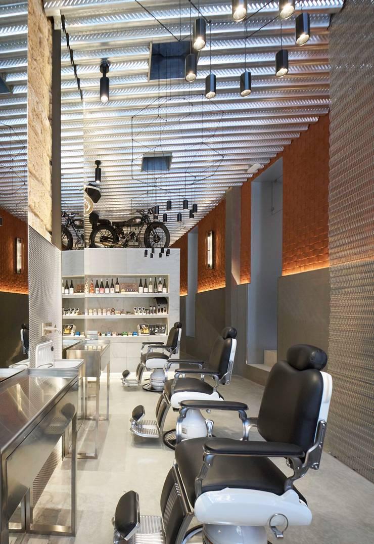 Barber's Club, ''The Razor Blade Project'': Espacios comerciales de estilo  de Minimal Studio