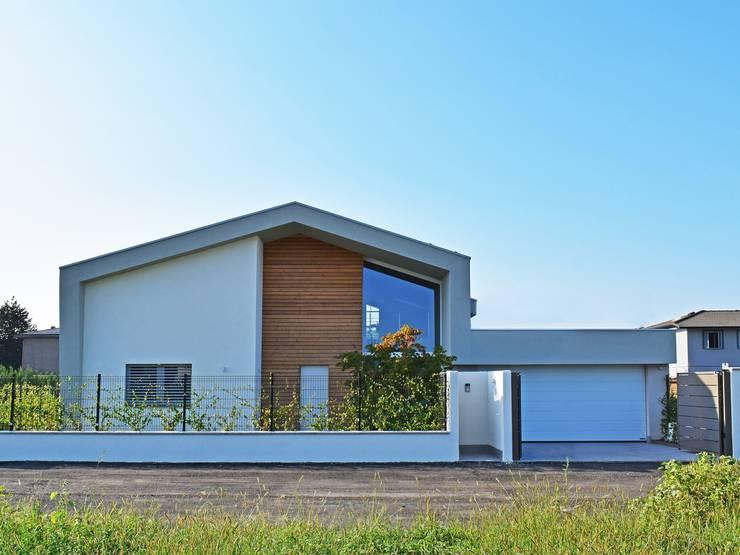 Villa in legno moderna a Lazzate (Monza Brianza): Casa di legno in stile  di Marlegno