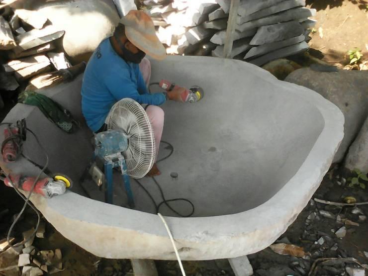 Proceso fabricación bañera de piedra:  de estilo  de Ale debali study