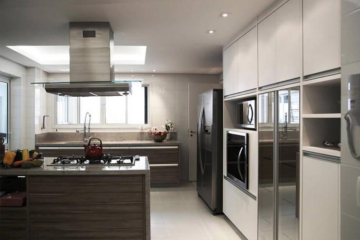 Apartamento – CLÁSSICO E CONTEMPORÂNEO: Armários e bancadas de cozinha  por INSIDE ARQUITETURA E DESIGN