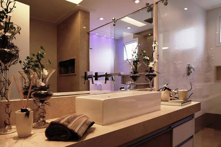 Apartamento – CLÁSSICO E CONTEMPORÂNEO: Banheiros  por INSIDE ARQUITETURA E DESIGN