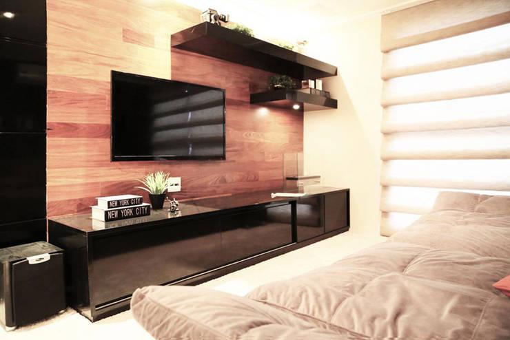 Apartamento – CLÁSSICO E CONTEMPORÂNEO: Salas multimídia  por INSIDE ARQUITETURA E DESIGN
