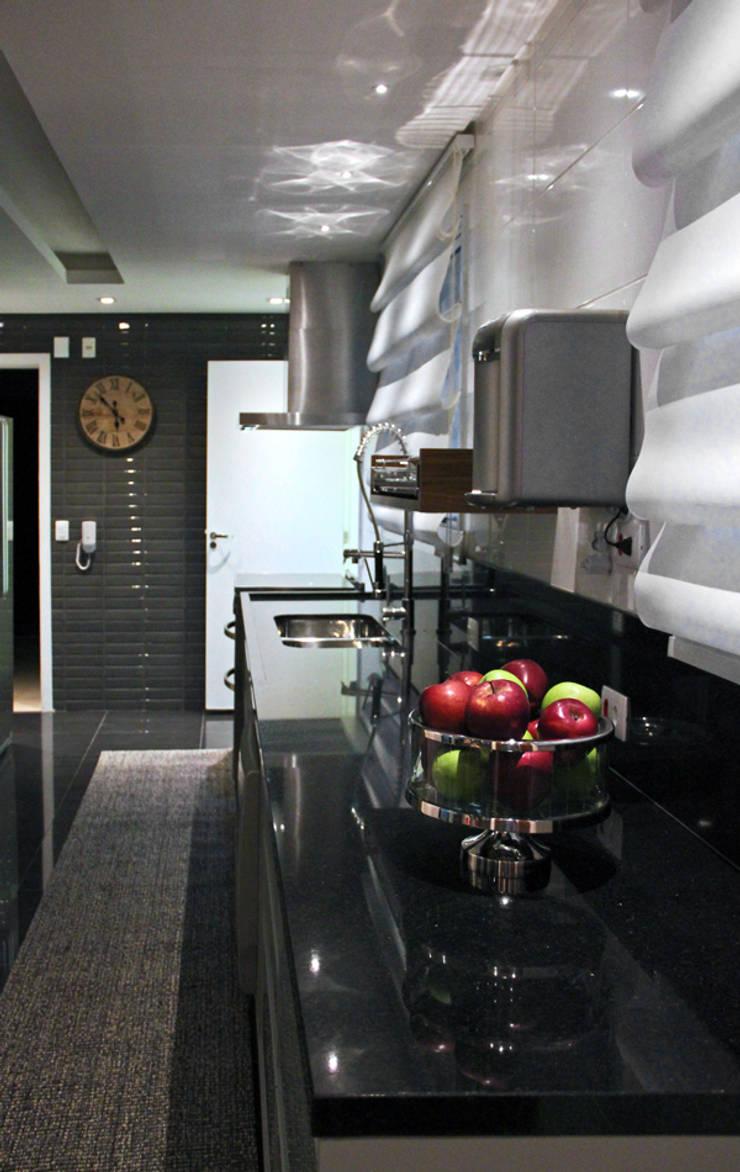 Apartamente – RÚSTICO-CHIC: Armários e bancadas de cozinha  por INSIDE ARQUITETURA E DESIGN