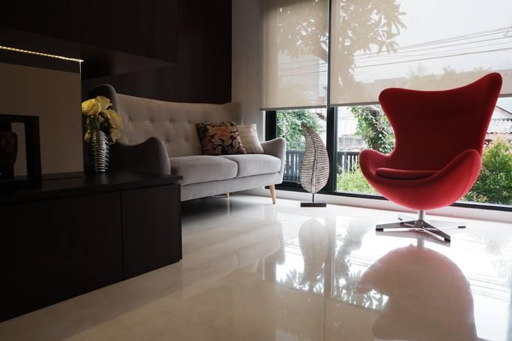 Ruang tamu:  Ruang Keluarga by Exxo interior
