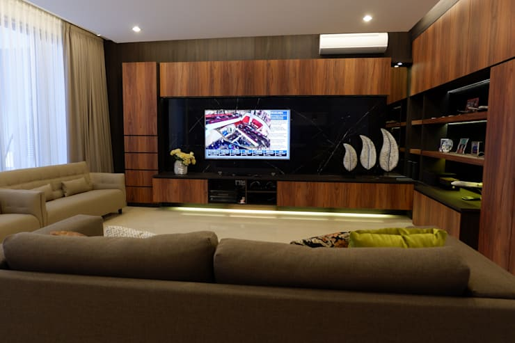 Modern Masculine house:  Ruang Keluarga by Exxo interior