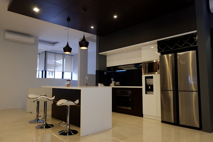 Modern Masculine house:  Dapur built in by Exxo interior