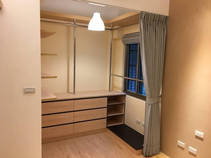 裝潢免百萬 利用現有格局及顏色的搭配 打造完美的家:  更衣室 by 捷士空間設計(省錢裝潢)