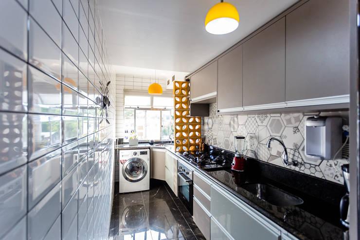 Cozinha corredor: Armários e bancadas de cozinha  por Arquit&thai