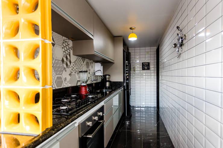 Cozinha corredor moderna: Banheiros  por Arquit&thai