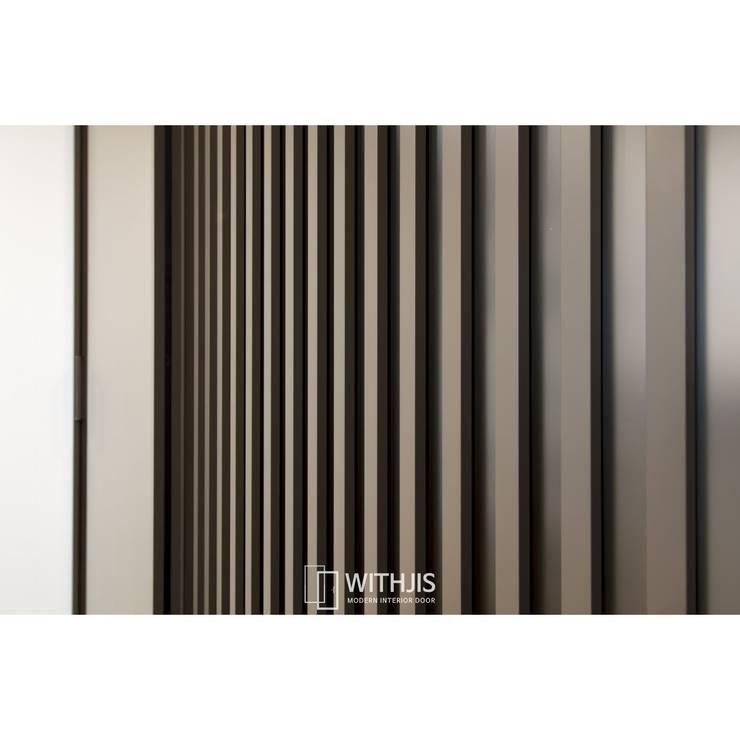 간살도어 vertical stripe design sliding door: WITHJIS(위드지스)의  드레스 룸,