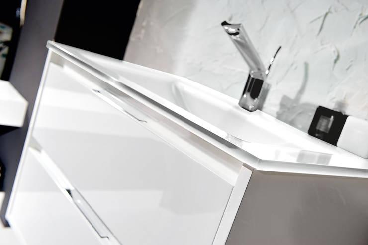 Loto 34 particolare 1: Bagno in stile in stile Moderno di FALEGNAMERIA ADRIATICA S.r.l.