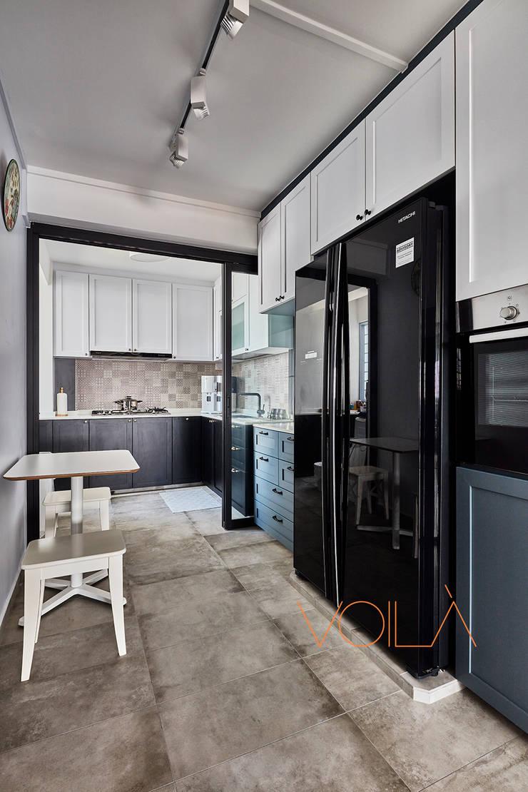 44 Marina Crescent—Modern Classic :  Kitchen by VOILÀ Pte Ltd