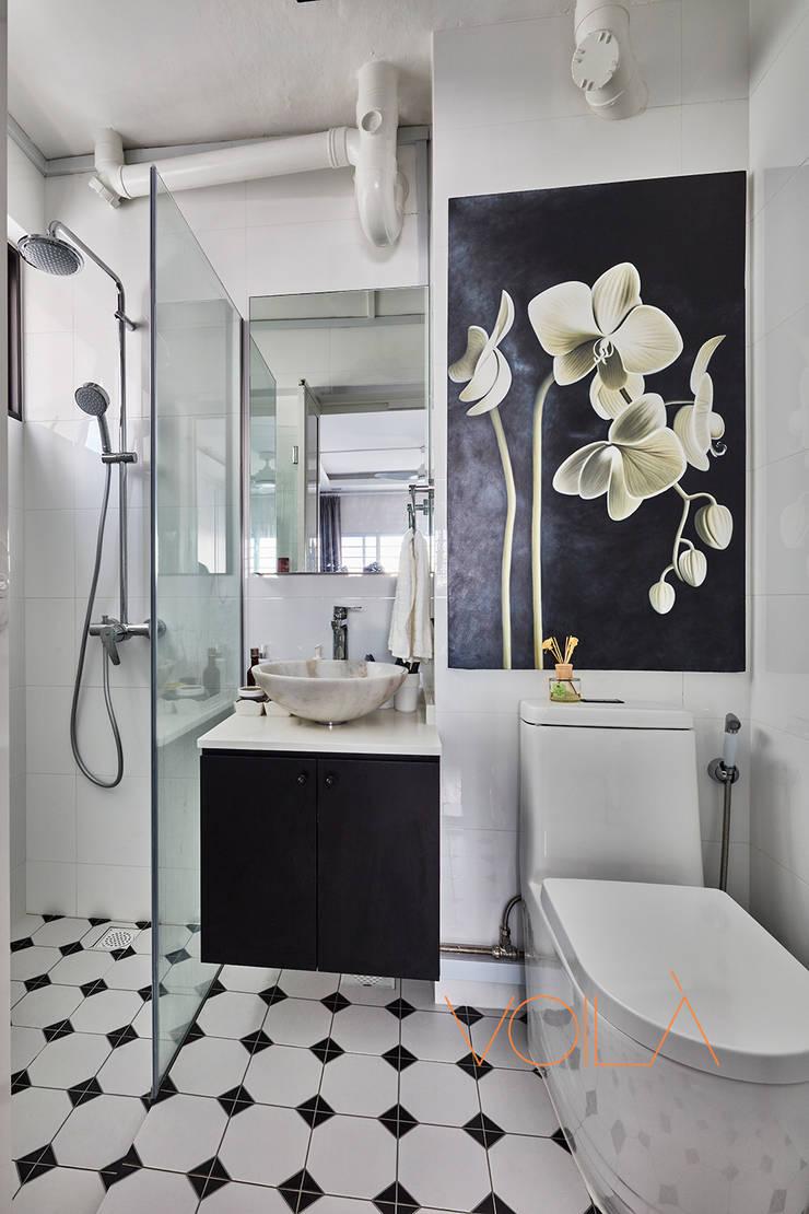 44 Marina Crescent—Modern Classic :  Bathroom by VOILÀ Pte Ltd
