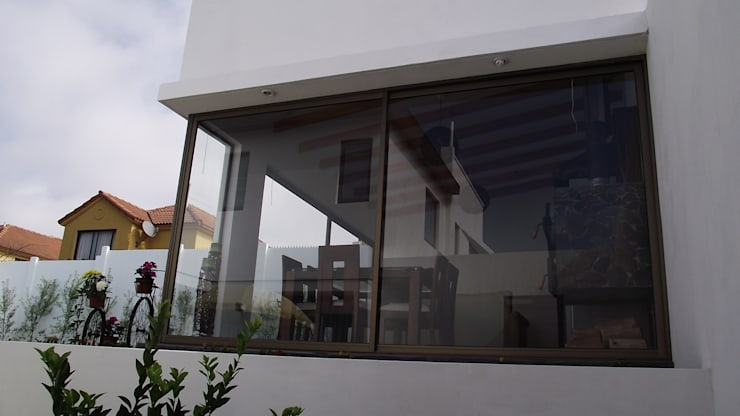 DISEÑO VIVIENDA MAC 220: Ventanas de estilo  por Territorio Arquitectura y Construccion