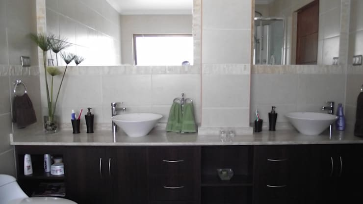 DISEÑO VIVIENDA MAC 220: Baños de estilo moderno por Territorio Arquitectura y Construccion
