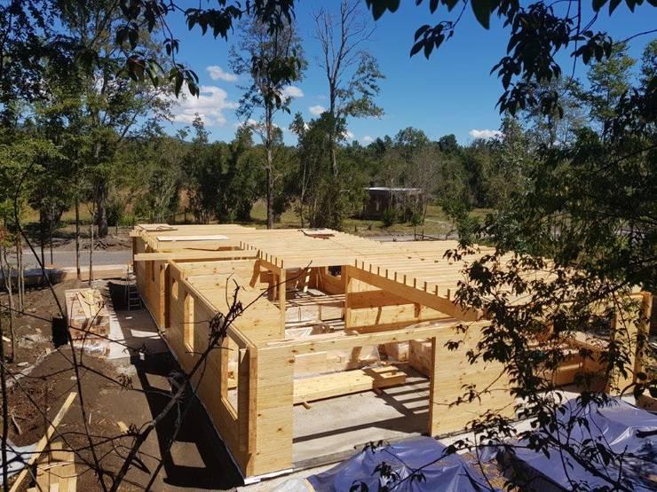 Construcción de Casa de madera en Pucón, Chile.: Casas de madera de estilo  por Patagonia Log Homes - Arquitectos - Neuquén