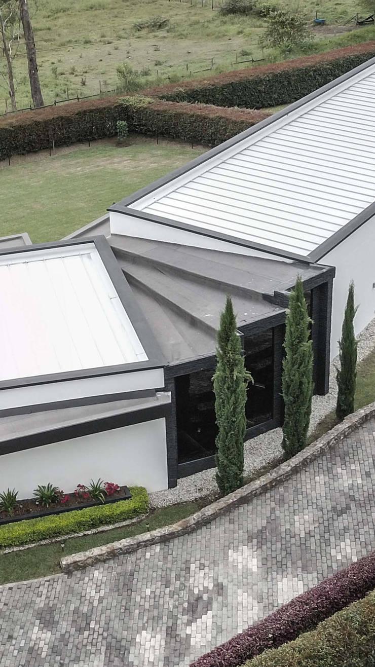CASA PRADERA VISTA POSTERIOR: Casas campestres de estilo  por Andrés Hincapíe Arquitectos  A H A, Minimalista