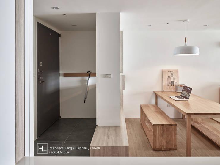 無印良品風格打造的居家環境:  走廊 & 玄關 by SECONDstudio