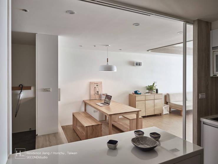 無印良品風格打造的居家環境:  置入式廚房 by SECONDstudio