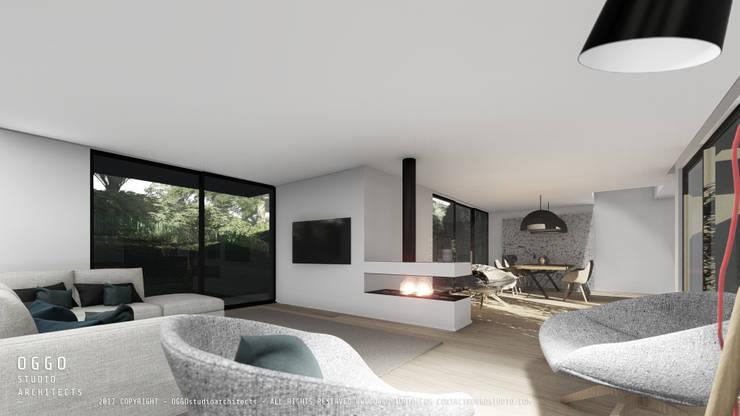Sala de estar minimalista com recuperador de calor: Moradias  por OGGOstudioarchitects, unipessoal lda