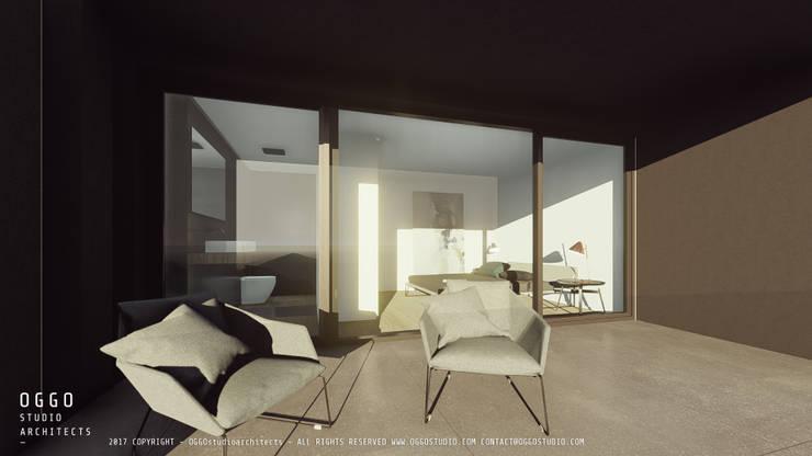 Ampla varanda numa suite: Moradias  por OGGOstudioarchitects, unipessoal lda