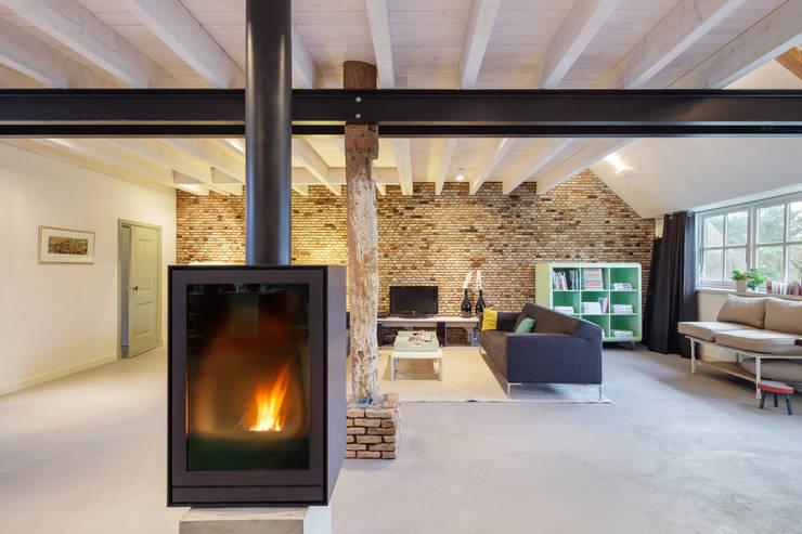 Woonboerderij:  Woonkamer door Richèl Lubbers Architecten, Modern