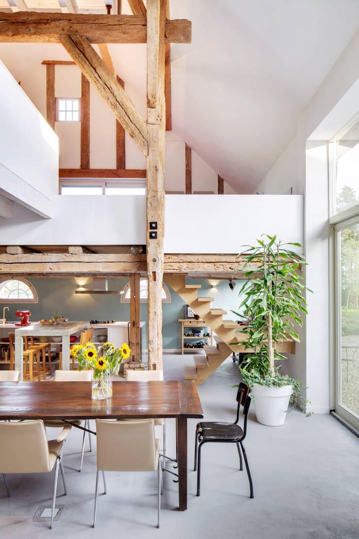 Woonboerderij:  Eetkamer door Richèl Lubbers Architecten, Modern