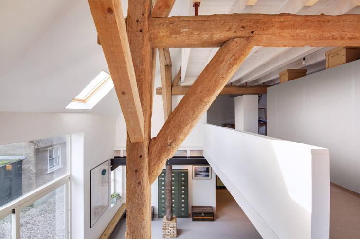 Woonboerderij:  Gang en hal door Richèl Lubbers Architecten, Modern