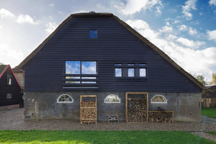 Woonboerderij:  Huizen door Richèl Lubbers Architecten, Modern