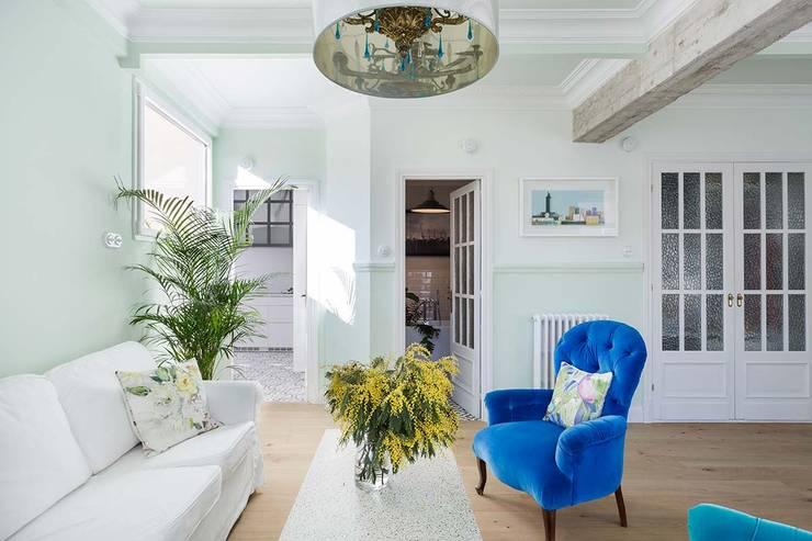 Diseño y reforma integral de una vivienda de 70 años en A Coruña: Salones de estilo industrial de Imaisdé Design Studio