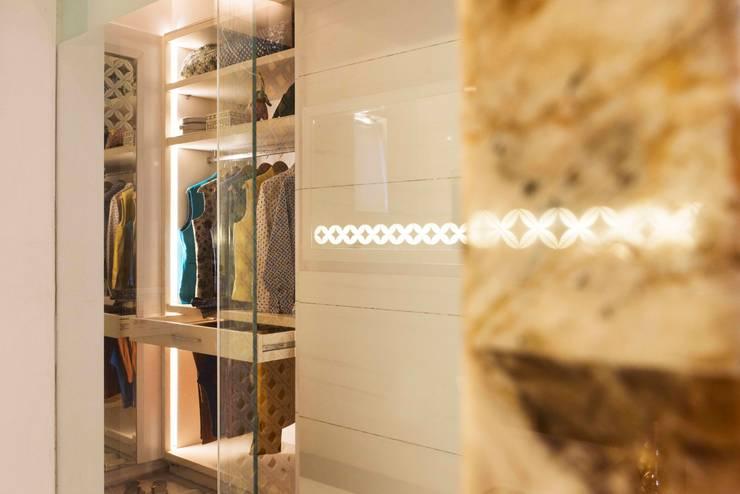 Divine Villa:  Dressing room by VB Design Studio