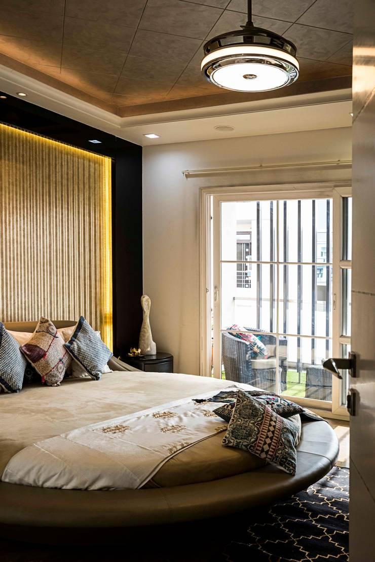 Divine Villa:  Bedroom by VB Design Studio