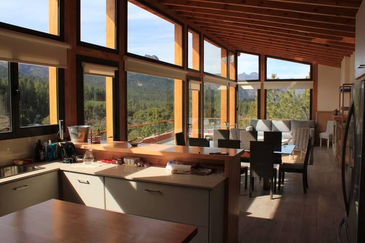 Valle del Caleufu:  de estilo  por Aguirre Arquitectura Patagonica,