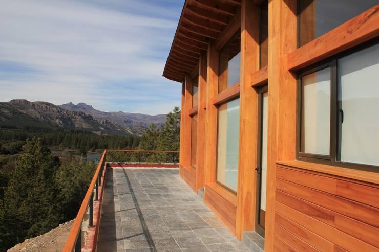 Terraza: Balcones y terrazas de estilo  por Aguirre Arquitectura Patagonica,