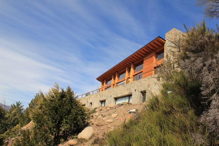 Valle del Caleufu: Balcones y terrazas de estilo  por Aguirre Arquitectura Patagonica,