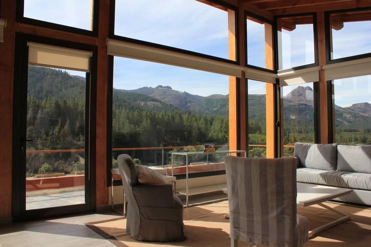 Estar: Livings de estilo  por Aguirre Arquitectura Patagonica,